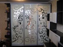 Купить шкаф-купе 3-х дверный, фасады зеркало с рисунком; Шкафы-купе 3-х дверные от производителя